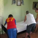 Het bed wordt opgemaakt.